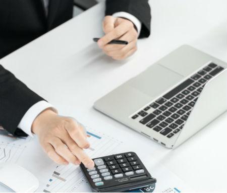 财务出纳工作人员所管的图章务必妥当存放
